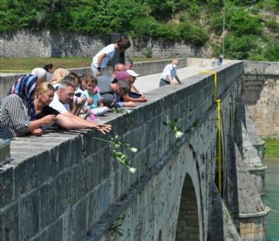 Bosna Savaşında diri diri yakılan 3 bin kurban için nehre gül döküldü