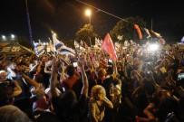 Israil'de Binlerce Kisi Netanyahu'nun Gidisini Kutladi