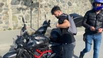 HAMIDIYE - (Özel) Istanbul Trafiginde 'Pes' Dedirten Görüntü Açiklamasi Kiz Arkadasiyla Motorda Yer Degistirdi