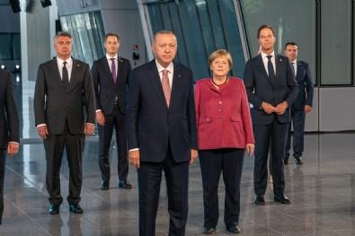 Cumhurbaşkanı Erdoğan, NATO Zirvesi'nde görüştüğü liderlere 'Türkiye'nin Terörizmle Mücadelesi' kitabını takdim etti
