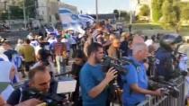 PLASTİK MERMİ - Israil, Bati Seria'da, Dogu Kudüs'teki 'Bayrak Yürüyüsü'nü Protesto Eden Filistinlilere Müdahale Etti