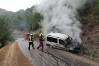 SELAHADDIN - Otomobil Yangini Ormana Siçramadan Söndürüldü