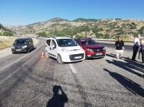 AHMET DEMİR - Üç Otomobilin Karistigi Kazada 2 Kisi Yaralandi