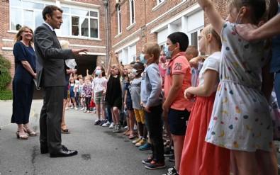 """Öğrencilerden Fransa Cumhurbaşkanı Emmanuel Macron'a şoke eden soru: """"Tokat nasıldı?"""""""