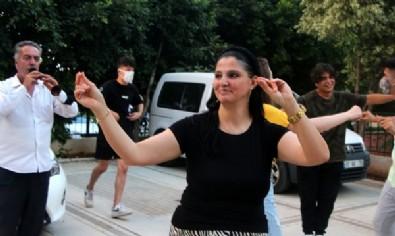 Adana'da 18 yıllık eşinden boşanan 42 yaşındaki kadın davullu zurnalı kutlama yaptı