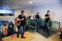 RUS TURİST - Beklenen ilk uçak Antalya'ya indi: Beş milyon Rus turistin gelmesi bekleniyor