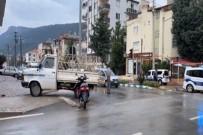 SÜLEYMAN DEMİREL - Kamyonet Ile Elektrikli Bisiklet Çarpisti Açiklamasi 2 Yarali