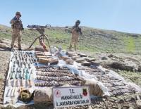 JANDARMA ASTSUBAY - Ogul Köyü Kirsalinda Çok Sayida Silah Ve Mühimmat Ele Geçirildi