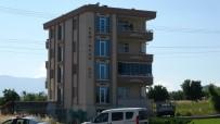 ÇELİK YELEK - 4. Katin Balkonunda Intihara Kalkisip Polislerin Üzerine Sandalye Atti