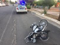 SAKARYA CADDESİ - Otomobil Ile Motosiklet Çarpisti Açiklamasi 2 Yarali