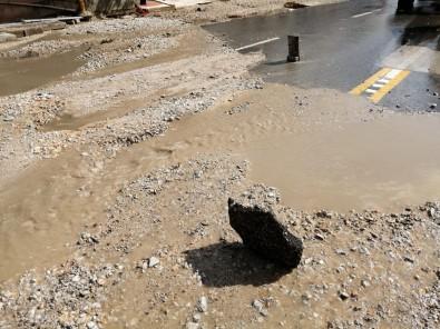 Ankara'da Sel Açiklamasi Araçlar Sürüklendi, Caddeler Sular Altinda Kaldi