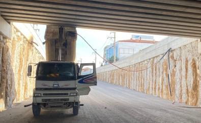Damperi Açik Unutulan Kamyon Köprüye Çarpti Açiklamasi 2 Yarali