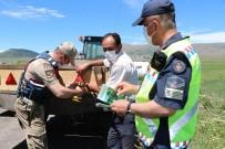 ÖLÜMLÜ - Jandarma Traktör Kazalarini Önlemek Için Reflektör Dagitti