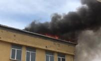 BAŞAKŞEHİR'DE ÇATI KATINDA YANGIN - Başakşehir'de korkutan yangın!