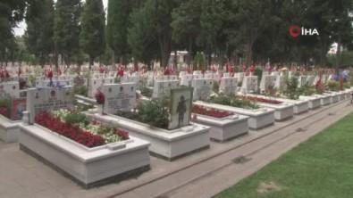 Edirnekapi Sehitligi'nde Kurban Bayrami Arefesinde Hüzün Vardi