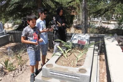 Elazig'da Arefe Günü Mezarliklarda Ziyaretçi Yogunlugu