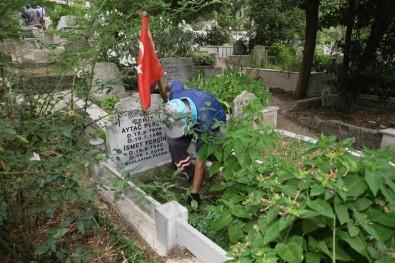 Gaziosmanpasa'da Mezarliklarda Bayram Temizligi