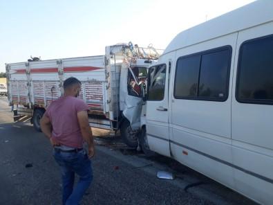 Kamyonet Ile Minibüsün Çarpistigi Kazada Can Pazari Kuruldu