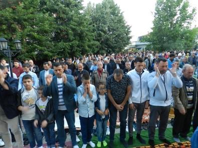 Kosova'da Yüzlerce Müslüman Kurban Bayrami Namazini Kildi
