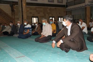 Malazgirt'te Bayram Namazi Pandemi Tedbirleri Çerçevesinde Kilindi