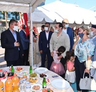Osmaniye'de Protokol Üyeleri Vatandaslarla Bayramlasti