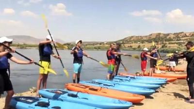 Bingöllü Gençler Murat Nehri'nin Sularinda Gelecekleri Için Kürek Çekiyor