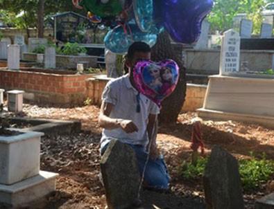 Çocuk mezarlarına balon bağlayan adamın hikayesi yürekleri burktu!