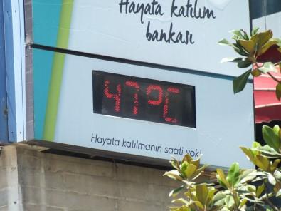 Elazig'da Termometreler 47 Dereceyi Gösterdi, Caddeler Bos Kaldi