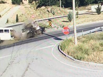 Isparta'da Otomobille Çarpisan Minibüs Ikiye Bölündü Açiklamasi 3 Yarali