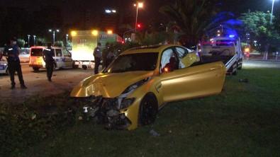 Kontrolden Çikan Lüks Otomobil Aydinlatma Diregine Çarpti, Sürücü Olay Yerinden Kaçti