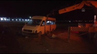 Konya'da Mevsimlik Isçileri Tasiyan Minibüs Sarampole Devrildi Açiklamasi 1 Ölü, 14 Yarali