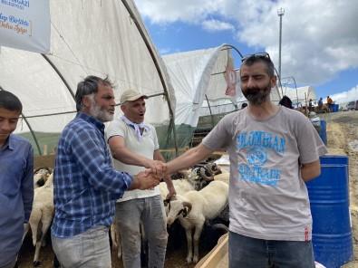 Kurban Çadirlari Bir Yandan Toplanirken Bir Yandan Pazarliklar Sürüyor