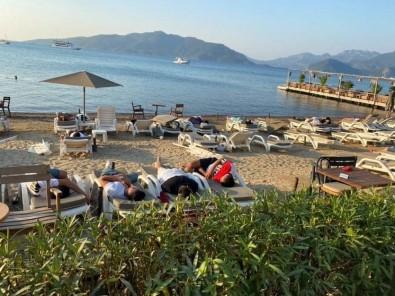 Uyarilari Dikkate Almayan Turistler Sahilde Uyuyor