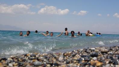 Van Gölü'nün Mavi Bayrakli Plaji Tatilcilerin Akinina Ugradi