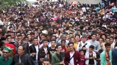 Yemen'in Taiz Kentinde Yüzlerce Kisi Kurban Bayrami'ni Kahire Kalesi'ndeki Müzik Festivaliyle Kutladi