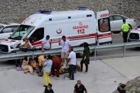 Otomobil 30 Metreden Sarampole Uçtu Açiklamasi 1 Ölü, 7 Yarali