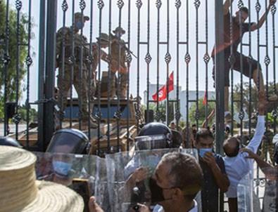 Tunus'ta darbe girişimi! 15 Temmuz videolarını paylaşıyorlar!