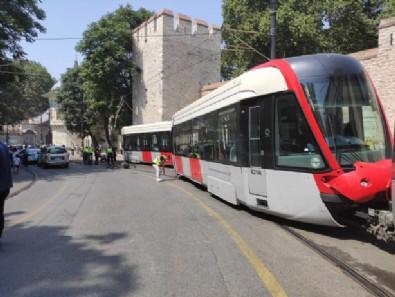 Otobüslerin yolda kaldığı İstanbul'da tramvay raydan çıktı