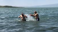 KARANTINA - Çildir Gölü'nde Sazli Sözlü Serinlediler