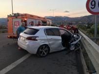 POLİS - Bariyerlere Çarpan Otomobil Metrelerce Sürüklenerek Durabildi Açiklamasi 1 Agir Yarali