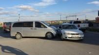 POLİS EKİPLERİ - Usak'ta Minibüs Otomobille Çarpisti; 8 Yarali