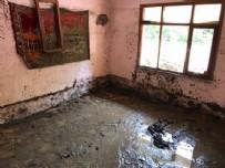 Sel evini doldurdu! 30 santimetre boşlukta 2,5 saat yaşam mücadelesi verdi