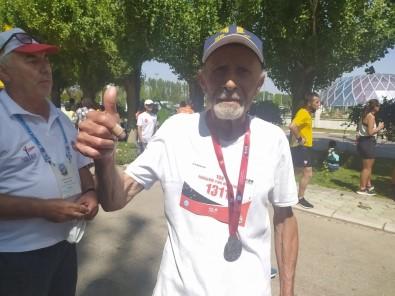 82'Lik Maratoncu Gençlere Tas Çikardi