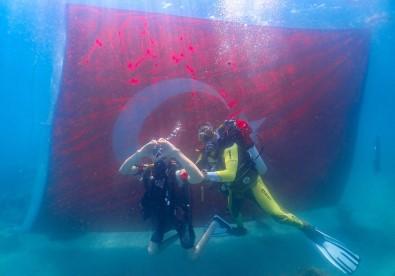 Engelliler Zafer Bayrami'ni Denizin Altinda Bayrak Açarak Kutladi