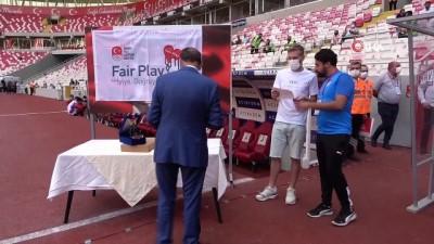 Sivassporlu Futbolcu Pedro Henrique'ye Göztepe Maçi Öncesi Fair Play Ödülü Verildi