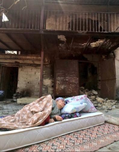 Kızı her şeyi anlattı! Yanan evinin önünde yerde yatan yaşlı kadın fotoğrafıyla yapılan algı yalan çıktı!