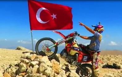 30 Agustos'u 3 Bin 24 Rakimli Tepeye Türk Bayragi Dikerek Kutladi