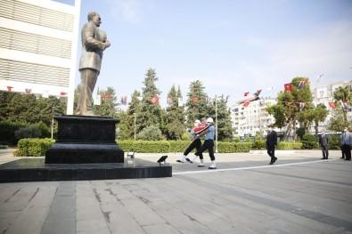 Büyüksehir Belediyesi Önünde Çelenk Koyma Töreni