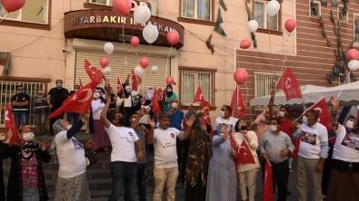Evlat Nöbetindeki Aileler HDP Önünde 30 Agustos Zafer Bayramini Kutladi