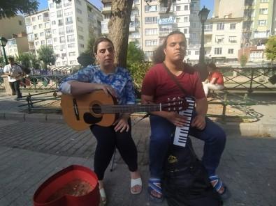 Görme Engelli Iranli Gençler Geçimlerini Müzikten Sagliyor